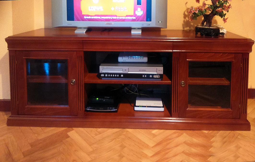 Mesa televisi n estilo cl sico el taller del mueble for Mesas de television baratas